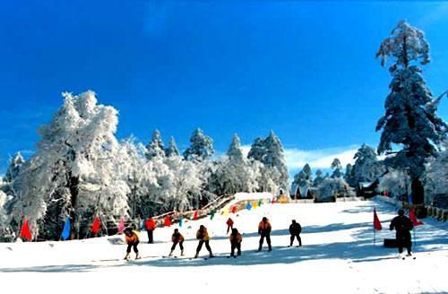 峨眉山冰雪温泉滑雪