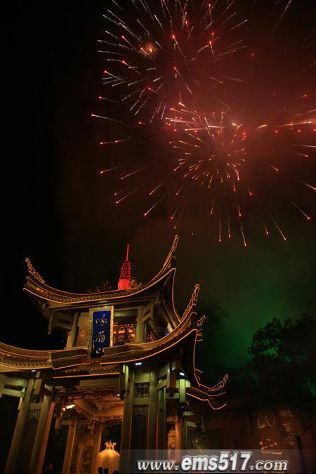 金碧辉煌的第一山亭与除夕之夜的礼花交相辉映。