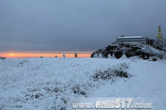 峨眉山雪中日出