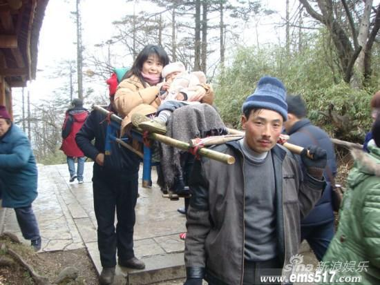 孟庭苇和儿子游览峨眉山坐轿