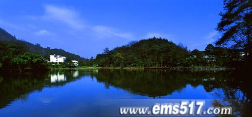 红珠湖畔,山水相映
