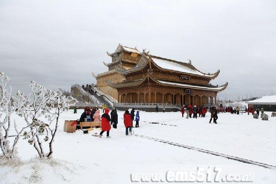 清明节前峨眉山金顶突降大雪