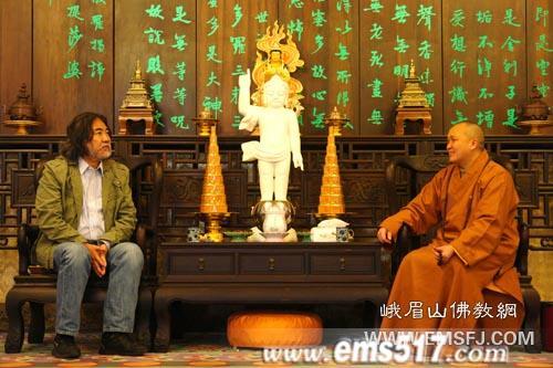 永寿法师(右)与张纪中导演(左)亲切交谈