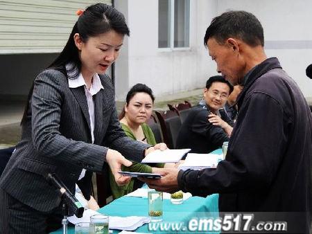 成立大会现场向茶农颁发社员证书