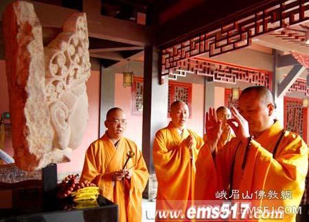 成都善信向大佛禅院捐赠一尊石雕观音菩萨头像