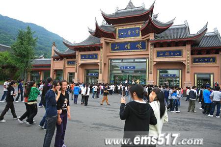 高考前夕,成都西藏中学全体师生到峨眉山感受清山绿水,体验清凉。