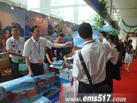 四川省旅游局副局长吴勉给市民散发景区宣传资料