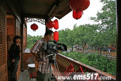 走遍中国,走进峨眉。摄制组在峨眉山报国景区峨眉山特色美食村取景。
