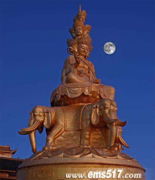 月到中秋分外明,中秋之夜佛教圣地峨眉山捞月有其独特的意思。