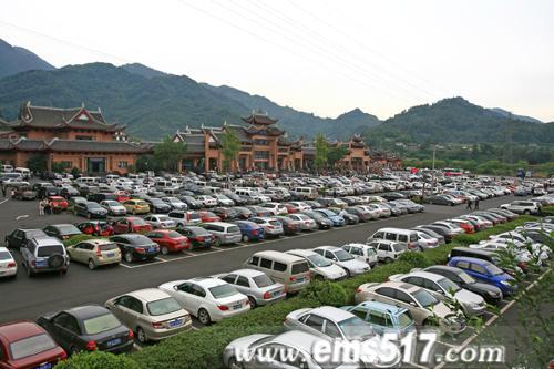 峨眉山节日活动异彩纷呈拉动游客大幅增长。景区自驾车火爆,停放有序。国庆红叶温泉自驾祈福。