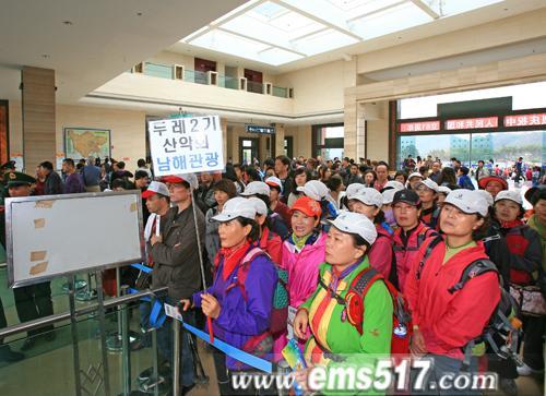 峨眉山节日活动异彩纷呈拉动游客大幅增长。国庆红叶温泉自驾养生祈福