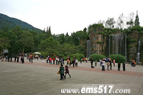 峨眉山节日活动异彩纷呈拉动游客大幅增长。红叶温泉自驾养生祈福健身。