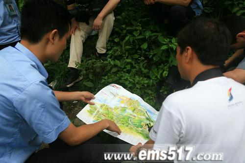 央视摄制组夜探峨眉山自然生态猴区