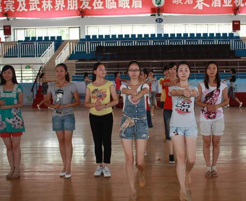 2011中国•四川国际峨眉武术节的志愿者在此举行礼仪培训