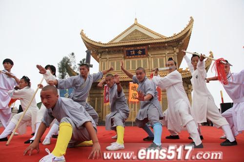"""8月14日,作为2011年第三届中国•四川国际峨眉武术节重头戏之""""金顶论剑""""活动,在海拔3079米的峨眉山金顶开打"""