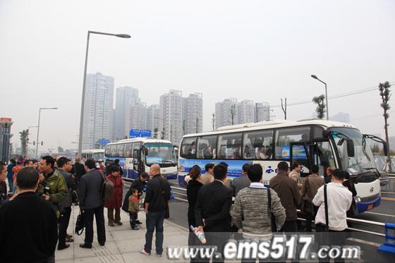 11月11日,成都东客站峨眉山乐山大佛免费旅游直通车正式发车