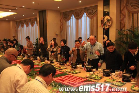 峨眉山设晚宴盛情款待全国茶馆经理代表、茶业界专家朋友。