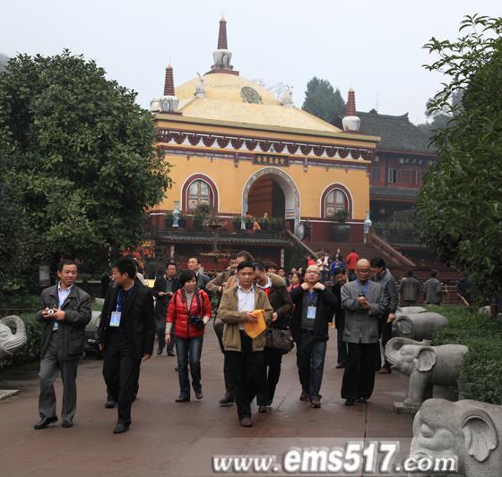 2011中国国际茶馆经理年会代表参观峨眉山千年古寺院万年寺。