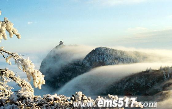 峨眉山金顶积雪