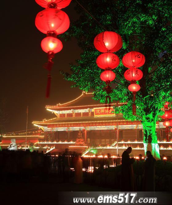 """元宵佳节前夜,一年一度的峨眉山""""万盏明灯供普贤""""大型祈福供灯法会在峨眉山大佛禅院隆重举行。"""