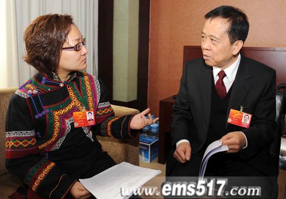 全国人代会间隙,马元祝代表与四川团人大代表交换意见。