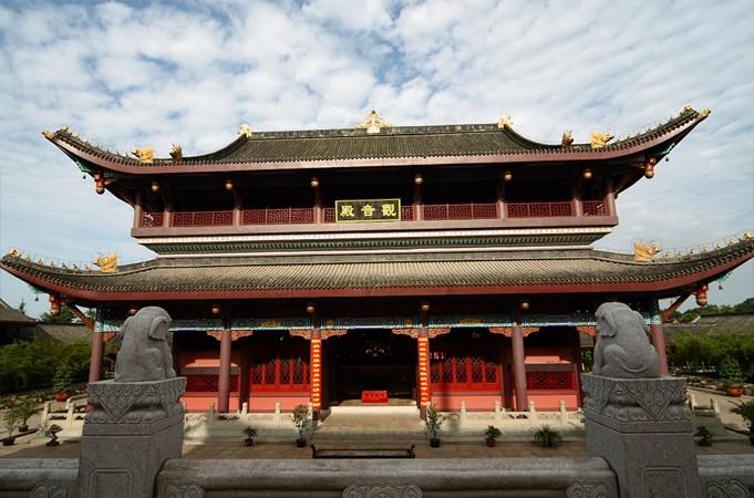 大熊猫馆外观造型设计以中国特色的明清建筑为主,设有大熊猫室内活动