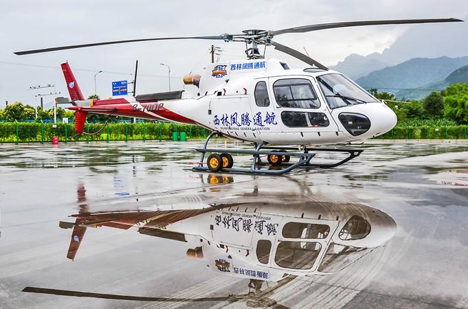原标题:120 999直升机夜航 连救两名重病人   来源标题:120 999直升机夜航 连救两名重病人 距北京180公里的张家口市,一位82岁老年男性患者因双肺感染合并严重呼吸衰竭,病情极度危重,经过当地医院评估,需将患者转至呼吸疾病诊治领域更具权威性的上级医院进行治疗。在与中日医院专家和999调度人员充分沟通后,在严密监控患者生命体征的情况下,999急救中心直升机从河北省张家口市起飞,飞行180公里,将患者转运到北京中日医院接受紧急抢救及后续治疗。 当日17时30分,北京市区已经夜幕降临,999直升机